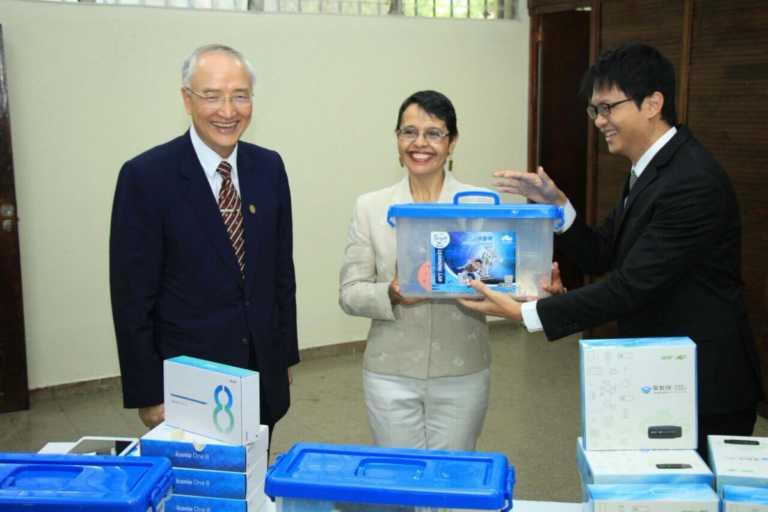 Entregan donativo de equipo tecnológico para educación hondureña