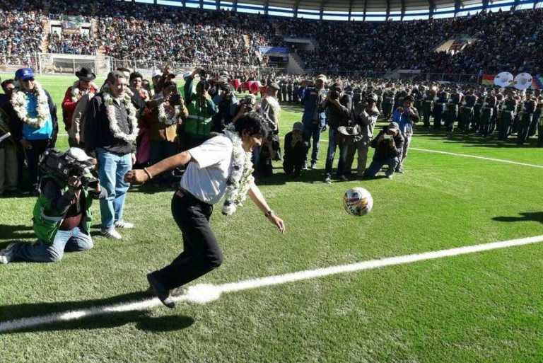 VÍDEO: Tremendo pelotazo del presidente de Bolivia a dos militares