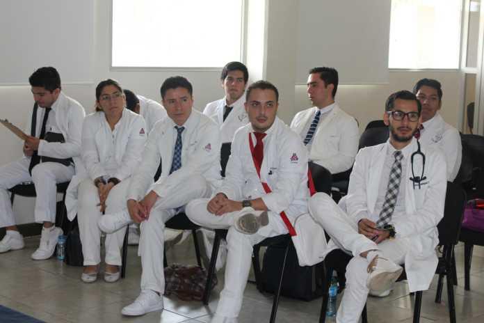 médicos internos y en servicio social