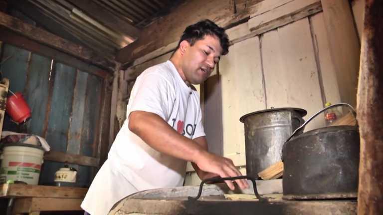 ¡Hombre vende tortillas para comprar medicinas y poder sobrevivir!