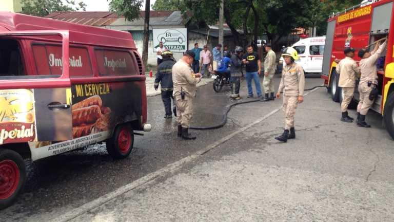 Vehículo de empresa sampedrana toma fuego en la 20 calle