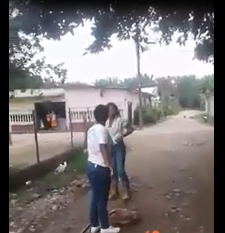 Tocoa: Dos niñas se van a los golpes por un compañerito de aula