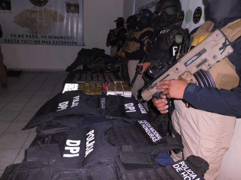"""Tegucigalpa: Ropa militar, policial y municiones en """"casa loca"""" de la 18"""