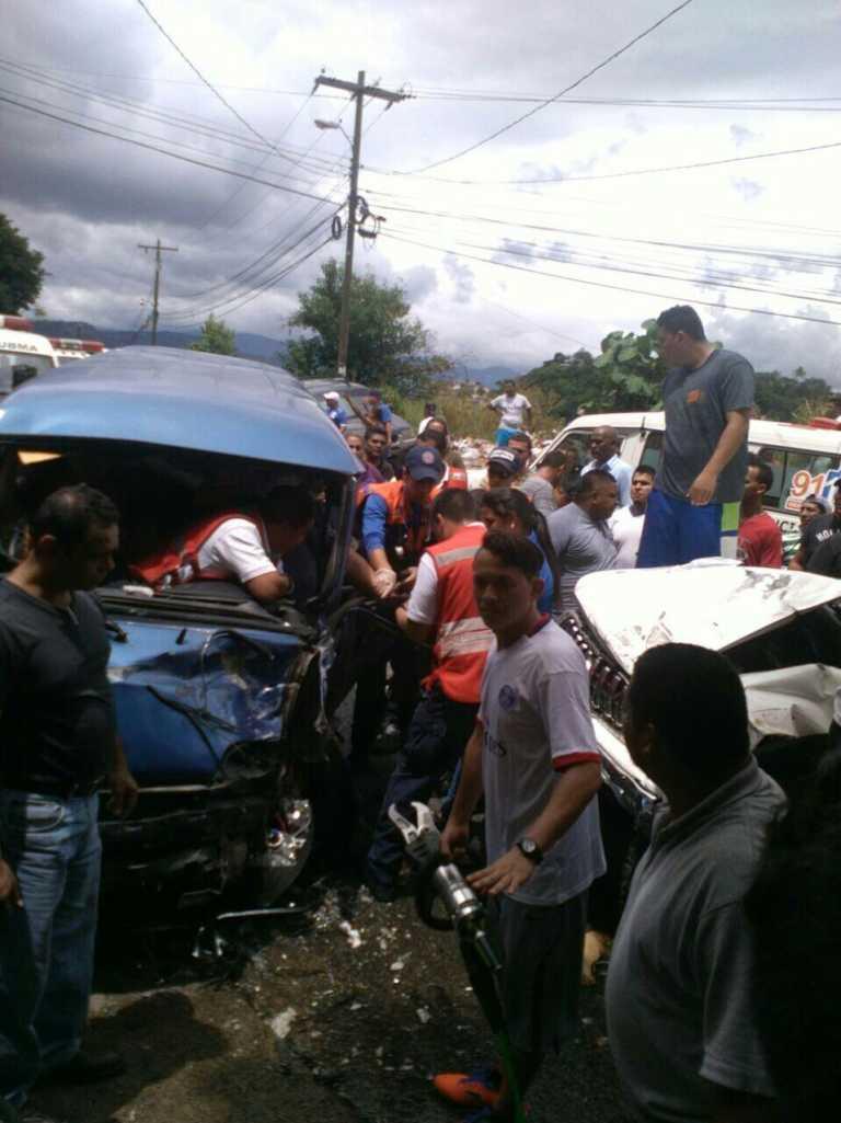 Tegucigalpa: Unos cuatro heridos dejó choque de microbús y camioneta