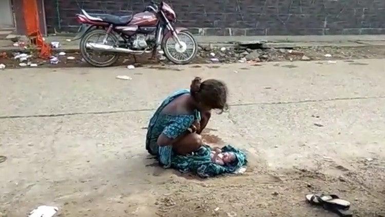 Imágenes sensibles: Joven de 17 años da a luz en la calle y nadie la socorre