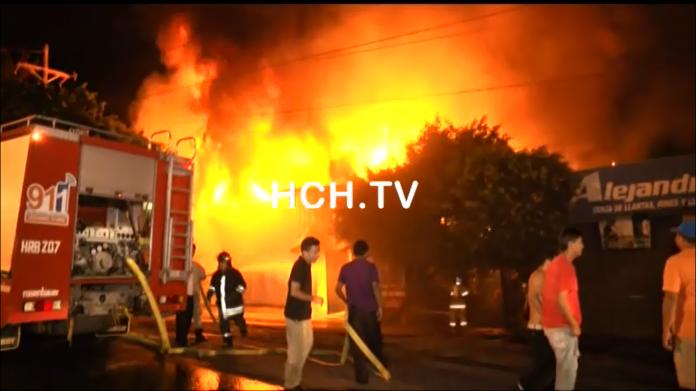 Incendio deja reducida a cenizas una llantera en Comayagüela