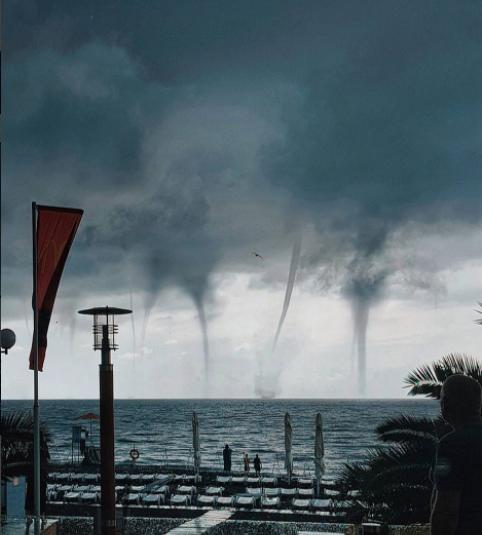 VÍDEO: aterrador aterrizaje de avión cerca de tres tornados en Rusia
