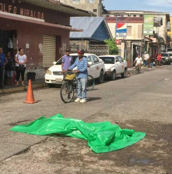 El cadáver quedó en el centro de la calle del mercado de La Ceiba.
