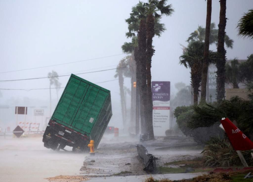 Vehículos averiados, viviendas inundadas, personas desaparecidas y otras a la deriva, son algunas de los resultados que ha dejado el potente huracán en Texas.