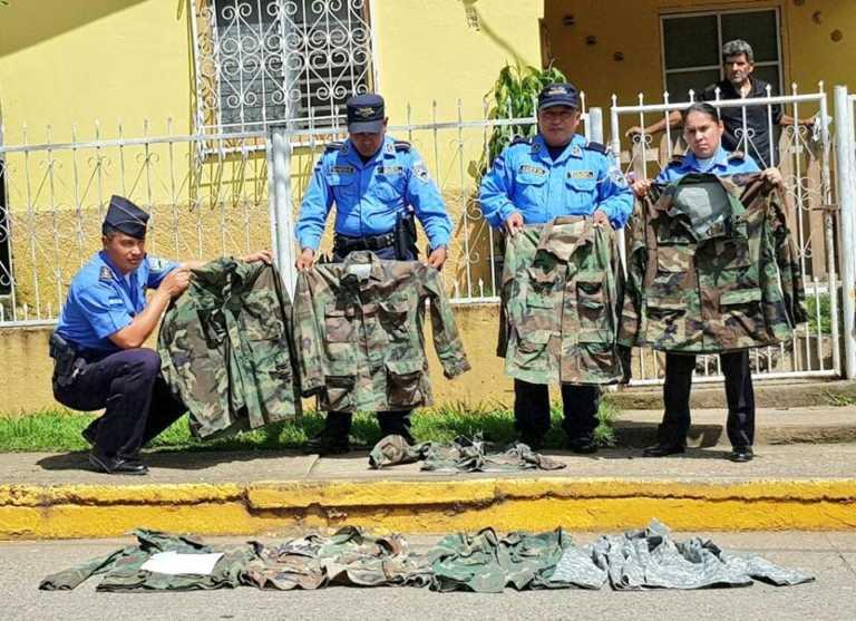 Santa Bárbara: decomisan indumentaria militar en tienda de ropa usada
