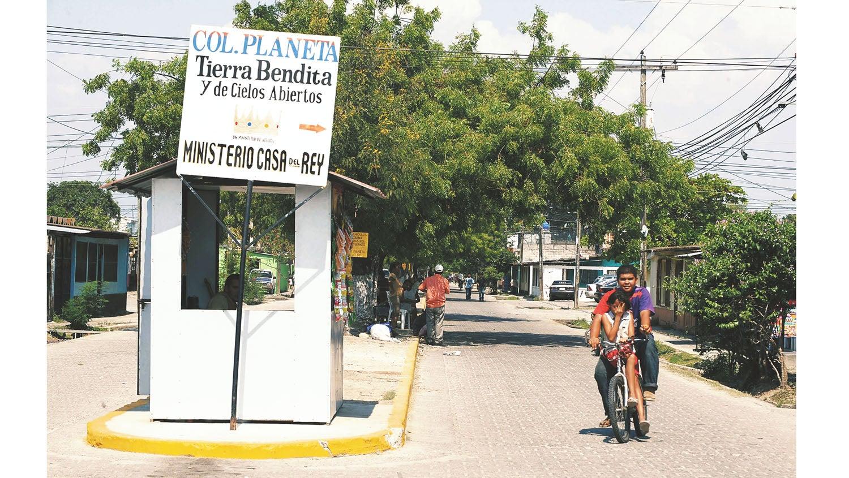 """Entrada a la populosa colonia """"La Planeta"""", ubicada en el sector de La Lima."""