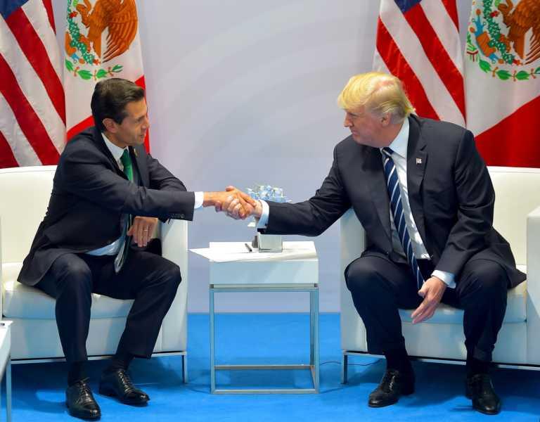 Donald Trump le pide «favor» a Peña Nieto sobre el muro fronterizo