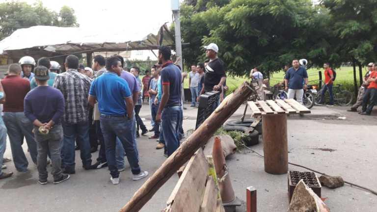 Pobladores se toman carretera de Villanueva y exigen su reparación