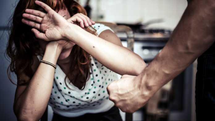 agrede brutalmente a su pareja
