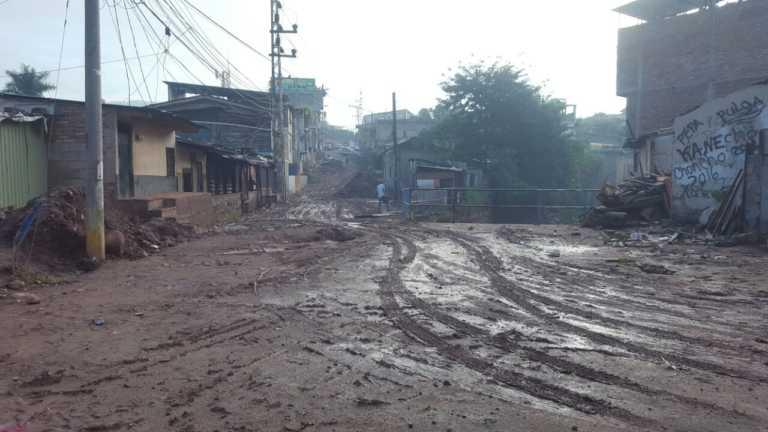 Lluvias en la capital provocan desbordamiento y evacuaciones de familias