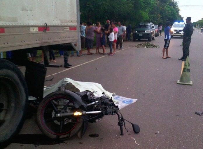 Dos muerto tras choque de motocicleta con rastra estacionada en Olancho