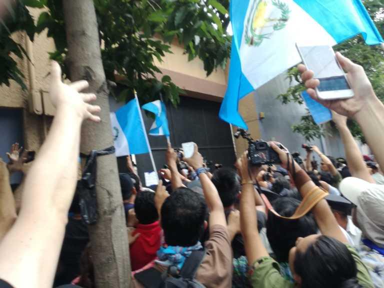 Manifestantes encierran a 130 diputados en Congreso de Guatemala