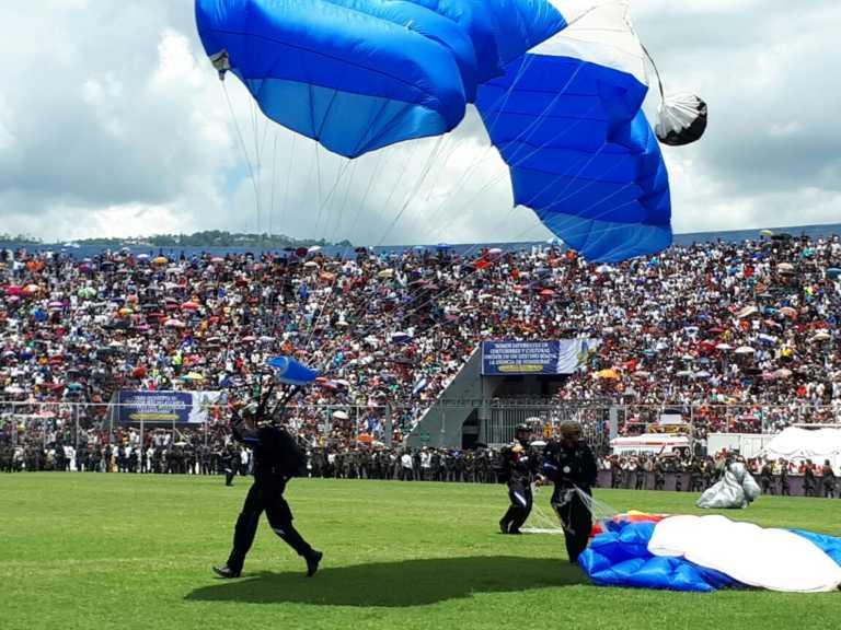 Momento en que los paracaidistas descienden en el Estadio de Tegucigalpa