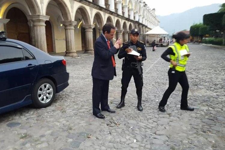 """¡Vergonzoso! Detienen """"bolo"""" a diplomático hondureño por orinar en vía pública"""