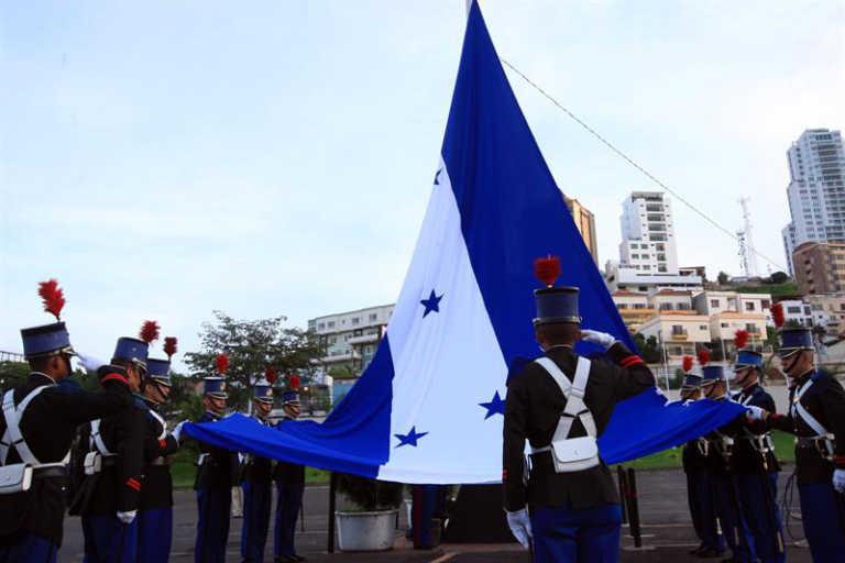 Inician fiestas patrias y celebran el Día de La Bandera en Honduras