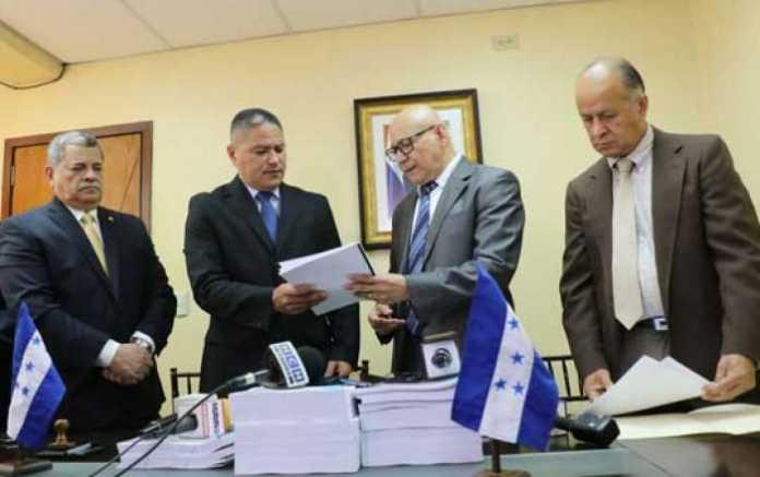 Representantes de la Secretaría de Finanzas entregó a los diputados del Congreso Nacional la iniciativa de ley del Presupuesto General de la República para el año fiscal 2018.