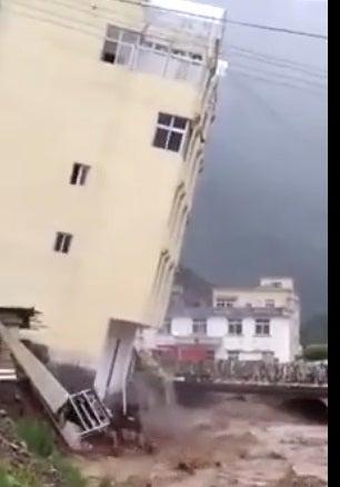 Vídeo: Irma arrastra edificio de cuatro pisos en isla San Martín