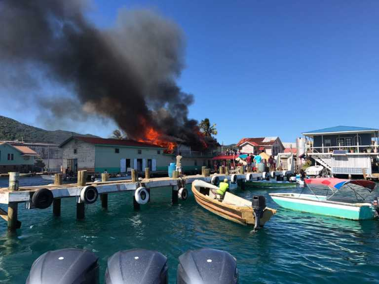 VIDEO: Incendio consume dos edificios en Islas de la Bahía