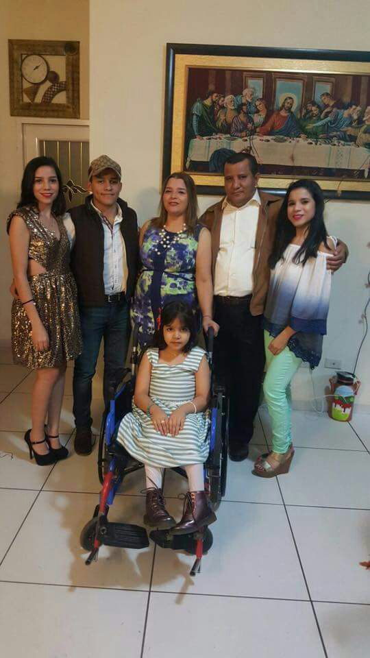 La familia Meléndez; todos aman y se encargan del cuidado de la pequeña Bella.