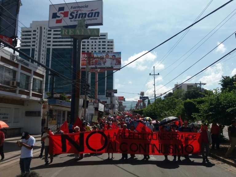 Gasean a simpatizantes de la Resistencia en desfile paralelo al oficial