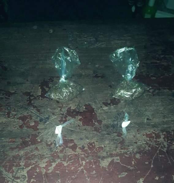 Entre los decomisos hay dos puntas con supuesta cocaína y dos bolsas con presunta marihuana.