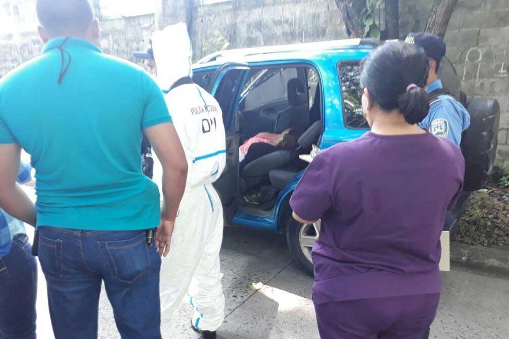 El cuerpo de la doctora fue encontrado dentro de su automóvil Chevrolet, tipo camioneta de color azul.