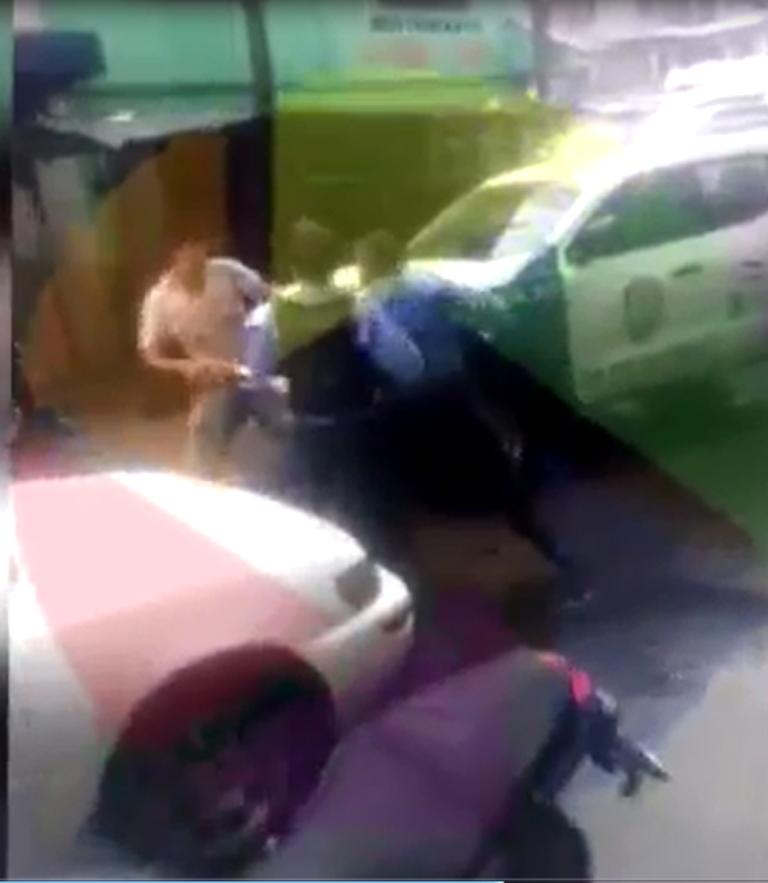 Tegucigalpa: agente policial y motociclista se van a los golpes