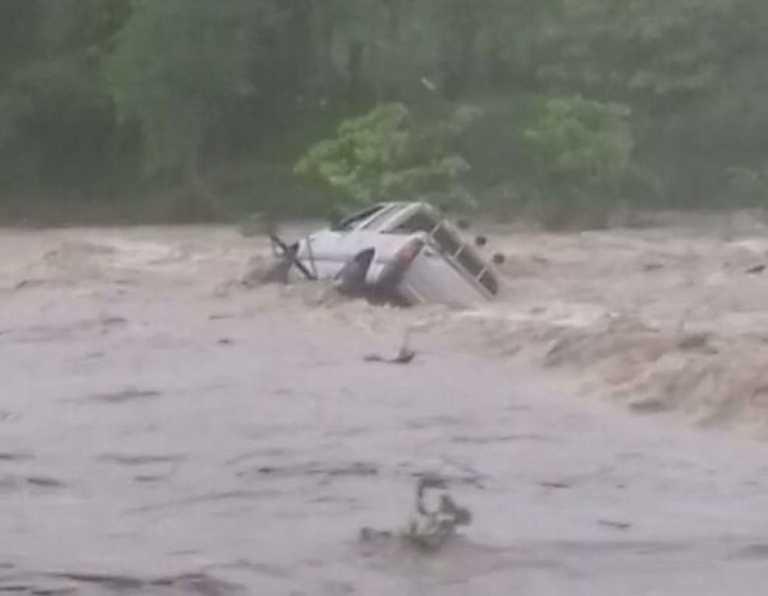 Quebrada arrastró vehículo en Lempira, un muerto y tres desaparecidos
