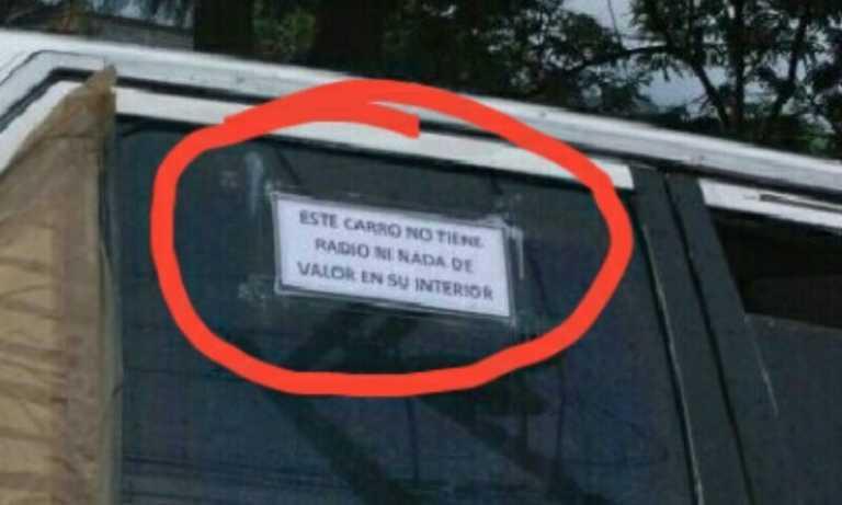 """Rótulo para evitar robo: """"Este carro no tiene nada de valor en su interior"""""""