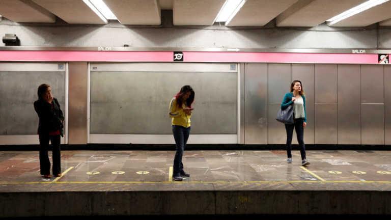 VIDEO: Esquizofrénico empuja a una mujer a las vías del tren