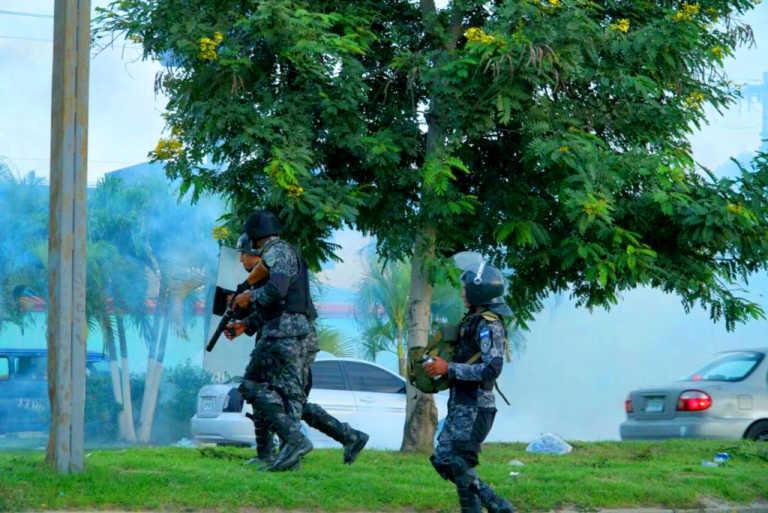 Autoridades reprimen huelga de transportistas en San Pedro Sula