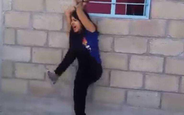 ¡Brutalidad! Azotan a mujer con una manguera tras supuesta infidelidad (VIDEO)
