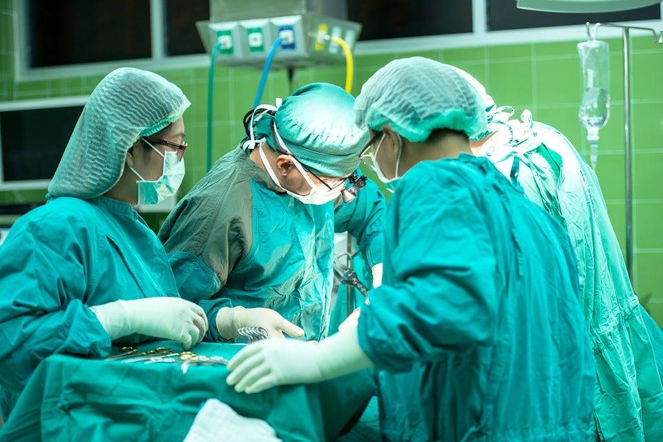 Un equipo de científicos franceses descubrió que los riesgos de una operación de corazón abierto son mayores cuando se realiza por la mañana.