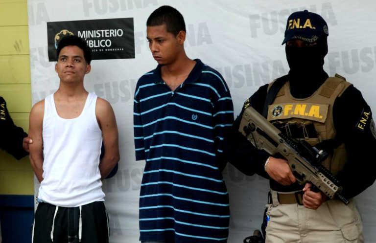 Capturan a dos veinteañeros por extorsión en La Ceiba