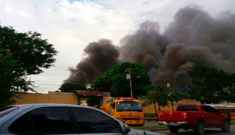 incendio en ex Centro Penal Sampedrano