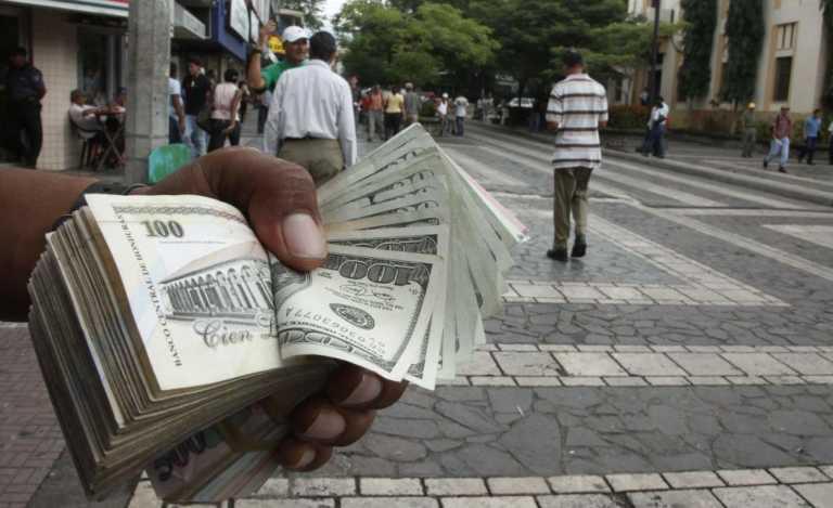 Intentó estafar a cambista con dólares de papel y le dieron una paliza