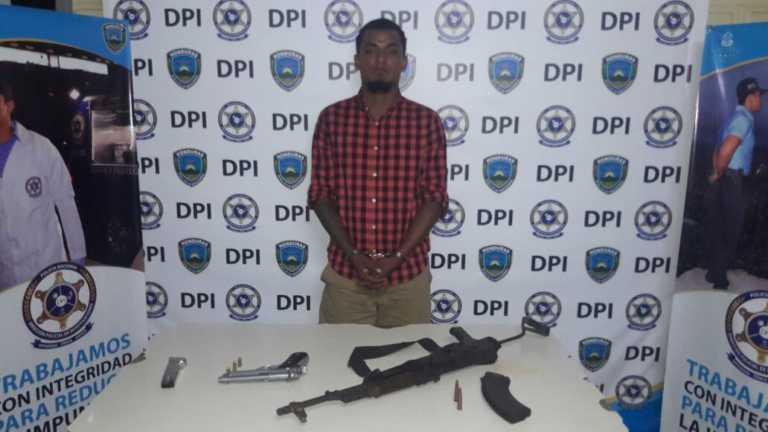 Tela: Cae presunto miembro MS con fusil AK-47