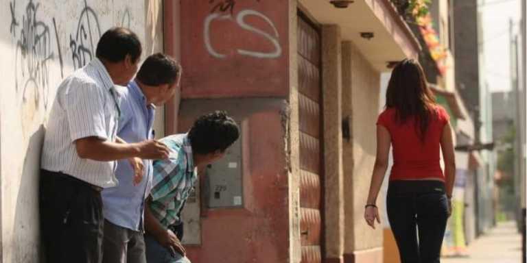 Francia quiere multar a hombres que piropeen a mujeres por la calle