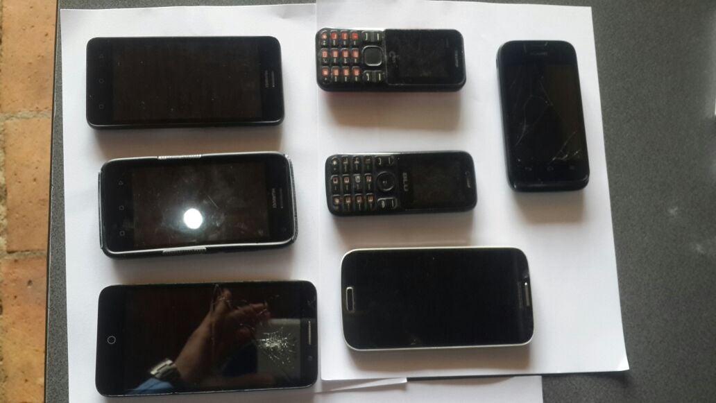 Los teléfonos celulares fueron decomisados a los detenidos. Se les hará revisión para encontrar cualquier tipo de información concerniente a la estructura criminal.