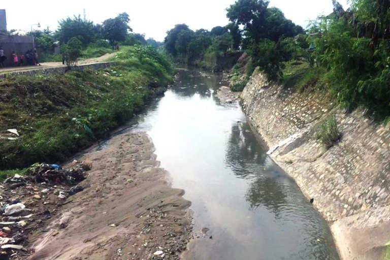 Pobladores encuentran cadáver flotando en canal de la Valle de Sula