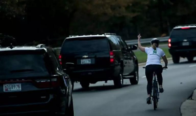 Una ciclista le hizo mala seña a Donald Trump y fue despidida del trabajo