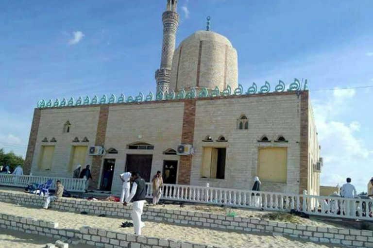 Terrorismo: al menos 270 muertos y 90 heridos en una mezquita en Egipto