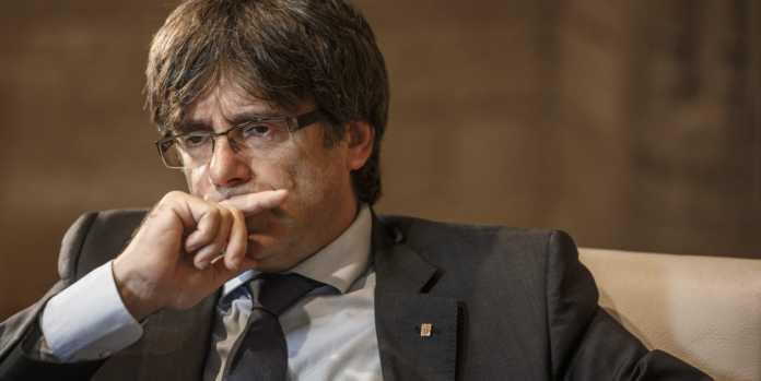 El presidente destituido de Cataluña, Carles Puigdemont, se entregó a la policía de Bélgica junto a los cuatro miembros de su gabinete.