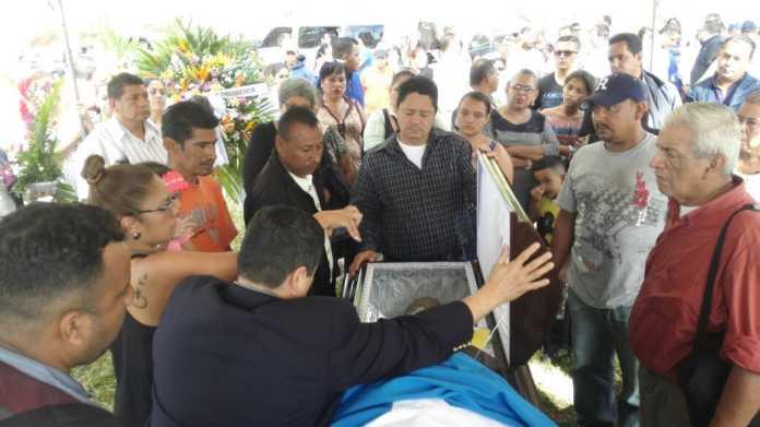 entierro de activista