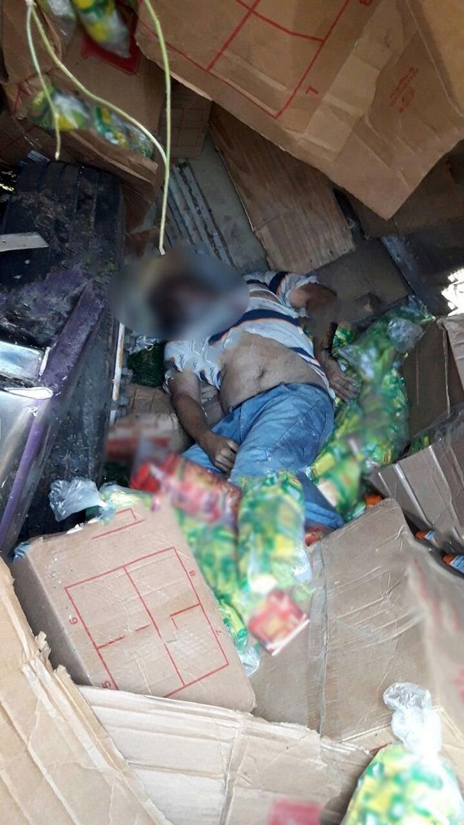 El cadáver del conductor salvadoreño accidentado.